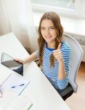 Усмехаясь девушка студента с ПК и книгами таблетки Стоковое Фото