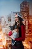 Усмехаясь девушка с котом в руках Стоковые Изображения
