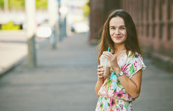 Усмехаясь девушка с молочным коктейлем стоковые изображения