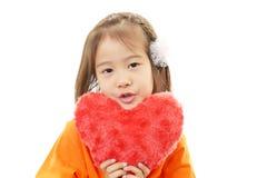Усмехаясь девушка с сердцем стоковое изображение