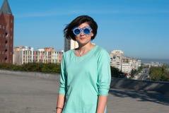 Усмехаясь девушка с смешной стороной стоит на парке Стоковая Фотография RF