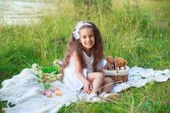 Усмехаясь девушка outdoors Стоковые Фото