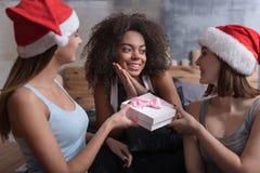 Усмехаясь девушки давая настоящие моменты друг к другу Стоковые Фотографии RF