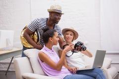 Усмехаясь девушки будучи показыванным изображения на камере человеком Стоковые Фотографии RF