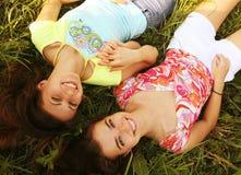 2 усмехаясь девушки в парке Стоковые Изображения