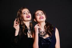 2 усмехаясь девушки в платьях вечера Стоковые Фото