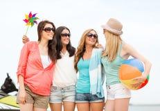 Усмехаясь девушки в тенях имея потеху на пляже Стоковое Изображение RF