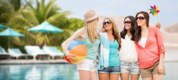 Усмехаясь девушки в тенях имея потеху на пляже Стоковая Фотография