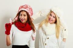 2 усмехаясь девушки в теплой одежде зимы Стоковое Изображение