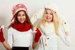 2 усмехаясь девушки в теплой одежде зимы Стоковая Фотография