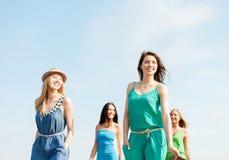Усмехаясь девушки идя на пляж Стоковое фото RF