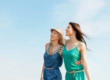 Усмехаясь девушки идя на пляж Стоковые Фотографии RF
