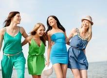 Усмехаясь девушки идя на пляж Стоковые Изображения RF