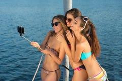 Усмехаясь девушки принимают selfie Стоковое Изображение