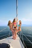 Усмехаясь девушки сидят на яхте Стоковые Изображения RF