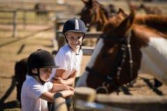 Усмехаясь девушки смотря лошадь в ранчо Стоковая Фотография RF