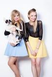 Усмехаясь девушки с собакой мопса Стоковое Изображение