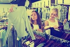 2 усмехаясь девушки ходя по магазинам совместно Стоковое фото RF