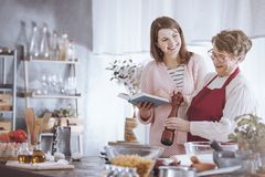 Усмехаясь еда flavoring бабушки стоковая фотография rf