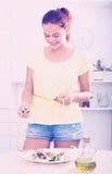 Усмехаясь лента девушки измеряя Стоковые Фото