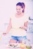 Усмехаясь лента девушки измеряя Стоковое фото RF