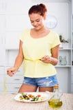 Усмехаясь лента девушки измеряя Стоковое Изображение
