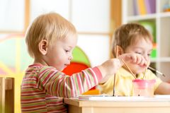 Усмехаясь дети играя и красить Стоковое Изображение RF