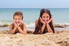 2 усмехаясь дет на пляже Стоковая Фотография RF