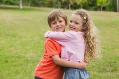 2 усмехаясь дет обнимая на парке Стоковое Изображение RF