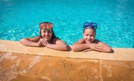 2 усмехаясь дет ослабляя на бассейне Стоковое фото RF