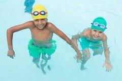 2 усмехаясь дет плавая в бассейне Стоковые Фотографии RF