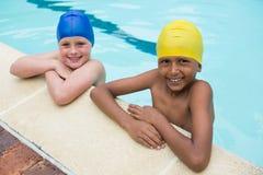 2 усмехаясь дет стоя в бассейне Стоковые Изображения RF