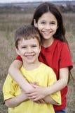 2 усмехаясь дет стоя совместно Стоковое фото RF