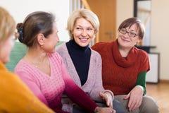 Усмехаясь женские пенсионеры на софе Стоковые Изображения