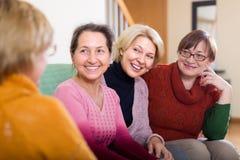 Усмехаясь женские пенсионеры на софе Стоковые Фотографии RF