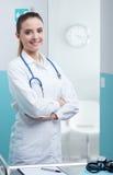 Усмехаясь женский доктор стоковые изображения rf