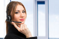 Усмехаясь женский оператор центра телефонного обслуживания Стоковая Фотография RF