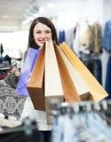 Усмехаясь женский покупатель с сумками Стоковое фото RF
