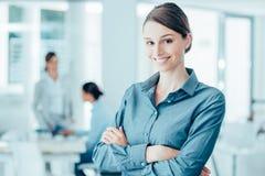 Усмехаясь женский портрет работника офиса Стоковые Изображения RF