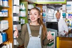 Усмехаясь женский представлять аптекаря Стоковая Фотография