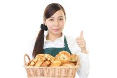 Усмехаясь женский хлебопек стоковые фото