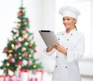 Усмехаясь женский шеф-повар с компьютером ПК таблетки Стоковое Изображение