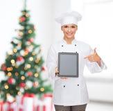 Усмехаясь женский шеф-повар с экраном ПК таблетки пустым Стоковое Изображение
