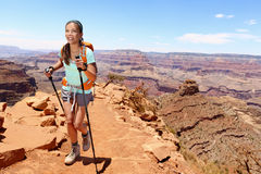 Усмехаясь женский Hiker идя на гранд-каньон Стоковые Фото