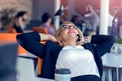 Усмехаясь женщина агента с шлемофонами Портрет работника центра телефонного обслуживания на офисе Стоковое фото RF