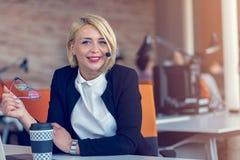 Усмехаясь женщина агента с шлемофонами Портрет работника центра телефонного обслуживания на офисе Стоковые Изображения RF