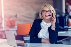Усмехаясь женщина агента с шлемофонами Портрет работника центра телефонного обслуживания на офисе Стоковая Фотография