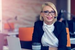 Усмехаясь женщина агента с шлемофонами Портрет работника центра телефонного обслуживания на офисе Стоковое Фото