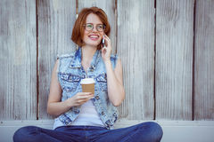 усмехаясь женщина битника держа кофе делая phonecall Стоковые Фотографии RF