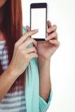 Усмехаясь женщина битника показывая ее smartphone стоковые изображения